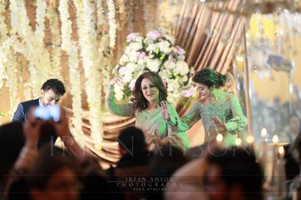 bushra-ansari-dancing-with-urwa-on-wedding Urwa Hocane Farhan Wedding Pics| Nikah Walima Dholki Barat