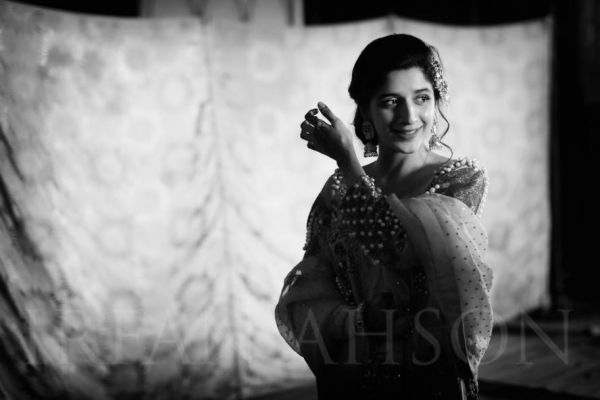 mawra-hocane-crying-on-urwas-nikkah Urwa Hocane Farhan Wedding Pics| Nikah Walima Dholki Barat