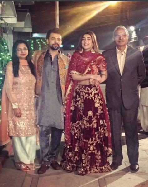 urwa-hocane-with-parents-on-dholki Urwa Hocane Farhan Wedding Pics| Nikah Walima Dholki Barat