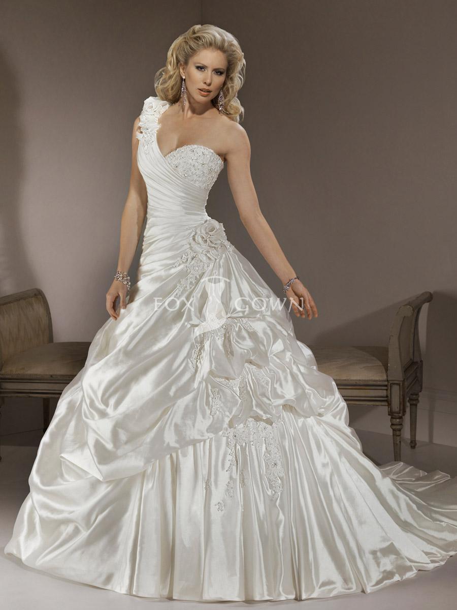one-shoulder-neckline-wedding-dress 14 Elegant Wedding Gowns to Make Your Big Day Special