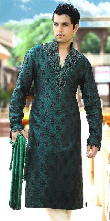 what-men-should-wear-on-their-mehndi 12 Stylish Pakistani Groom Mehndi Dresses for This Season