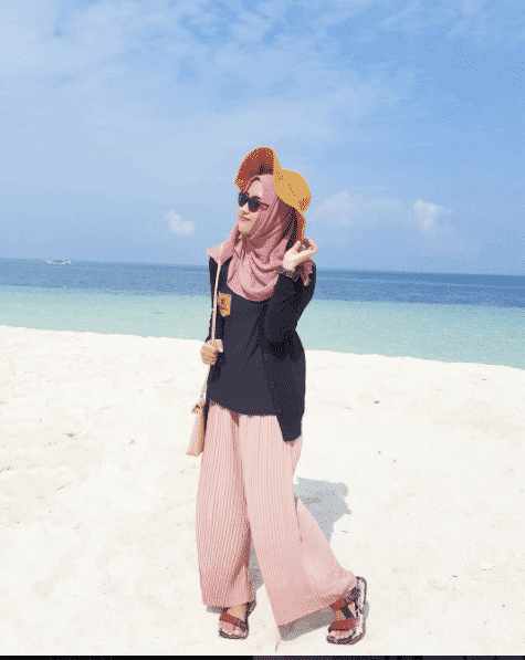 hijab-with-hat-beach-outfit Hijab Outfits for Teenage Girls - 20 Cool Hijab Style Looks