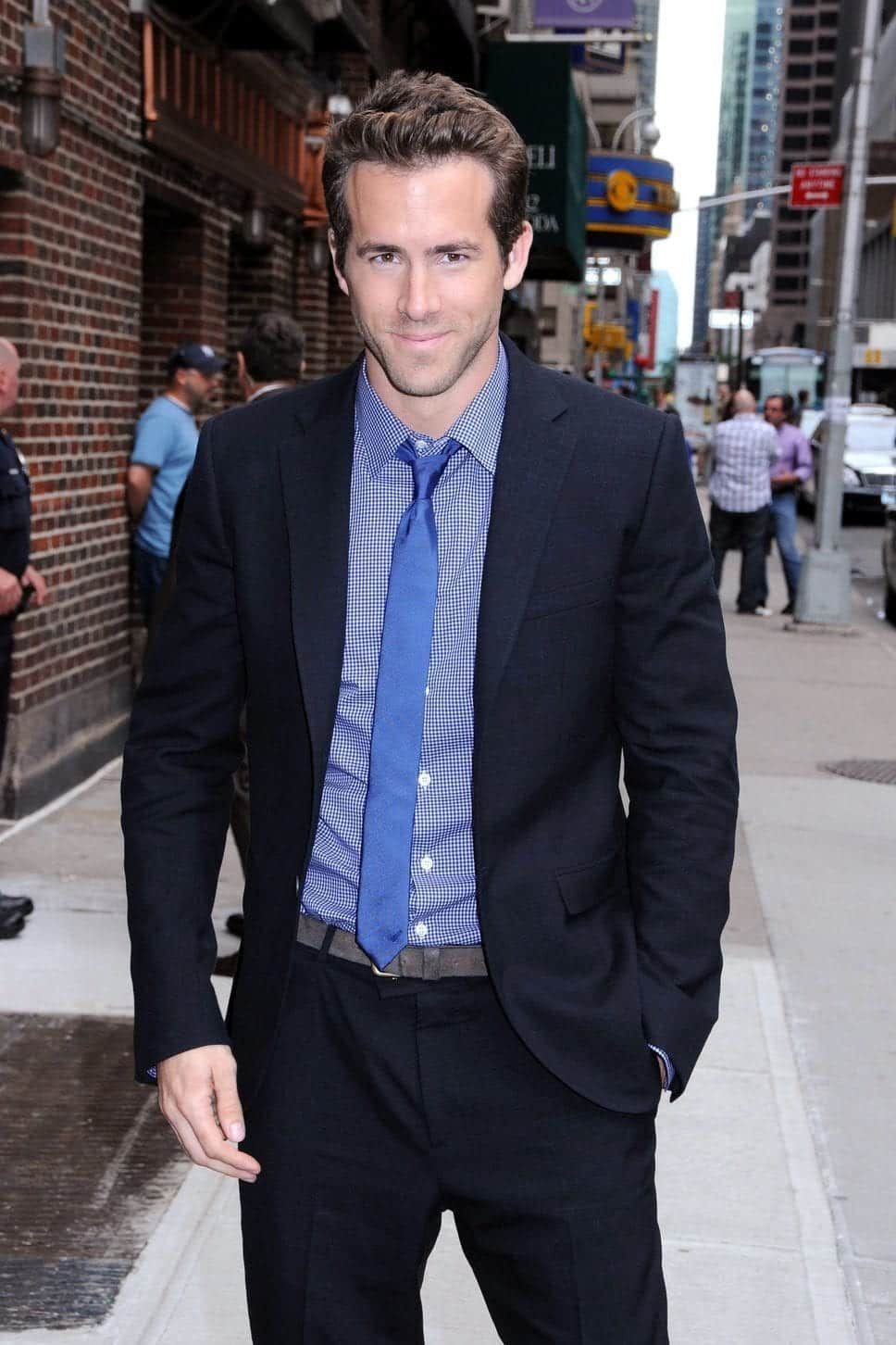 ryan_reynolds_blue_shirt_tie_b