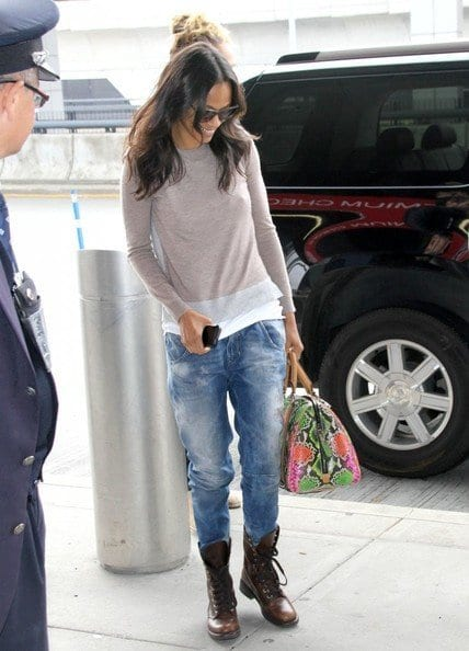 Zoe-Saldana-Marco-Catch-Flight-Out-JFK-SOy5ldyJWLel 30 Stylish Shoes to Wear With Boyfriend Jeans For Chic Look