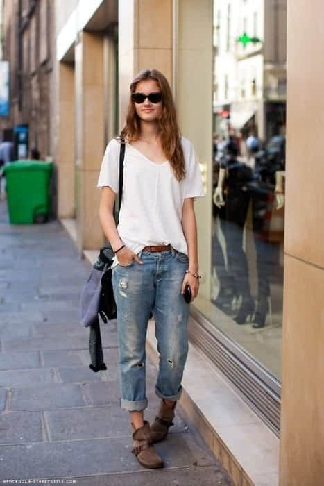 boyfriend-jeans-with-flat-boots 30 Stylish Shoes to Wear With Boyfriend Jeans For Chic Look