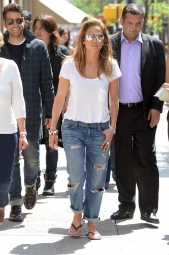 jennifer-333x500 30 Stylish Shoes to Wear With Boyfriend Jeans For Chic Look