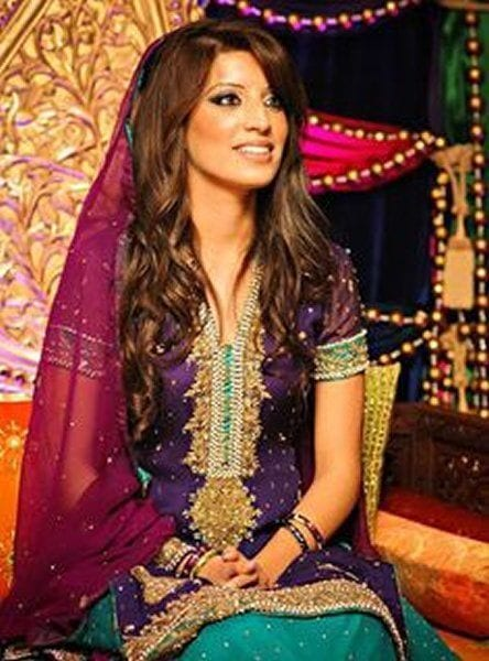 Mehndi Hairstyles Pictures : Simple and cute hairstyles for mehndi function this season
