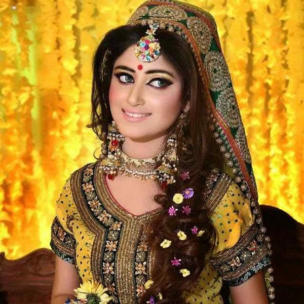 Mehndi Party Hairstyles : Simple and cute hairstyles for mehndi function this season