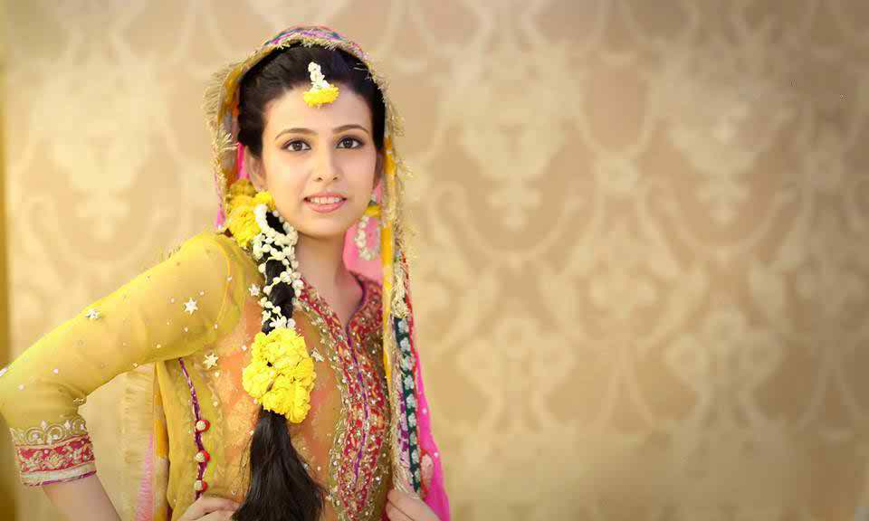Mehndi Hairstyles With Paranda : 14 cute mehndi makeup tips and tutorial