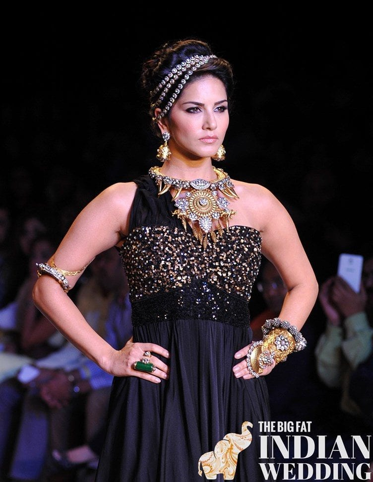 Sunny-Leone-Jewellers-Week-2014 How to Wear Maang Tikka in 15 Different Styles