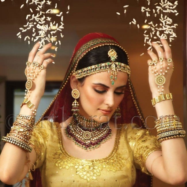 gold-emerald-tikka-artkarat-jewellry-e1390321025208 How to Wear Maang Tikka in 15 Different Styles