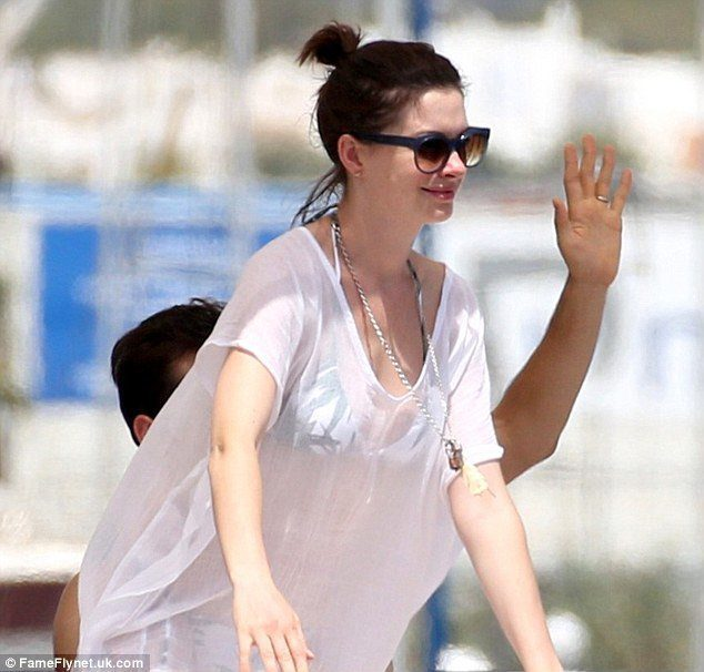 2B4D119100000578-3195228-Life_of_luxury_Make_up_free_Anne_Hathaway_displayed_a_glimpse_of-a-13_1439394555839 What to Wear in Ibiza? 20 Ibiza Outfit Ideas - Travel Style