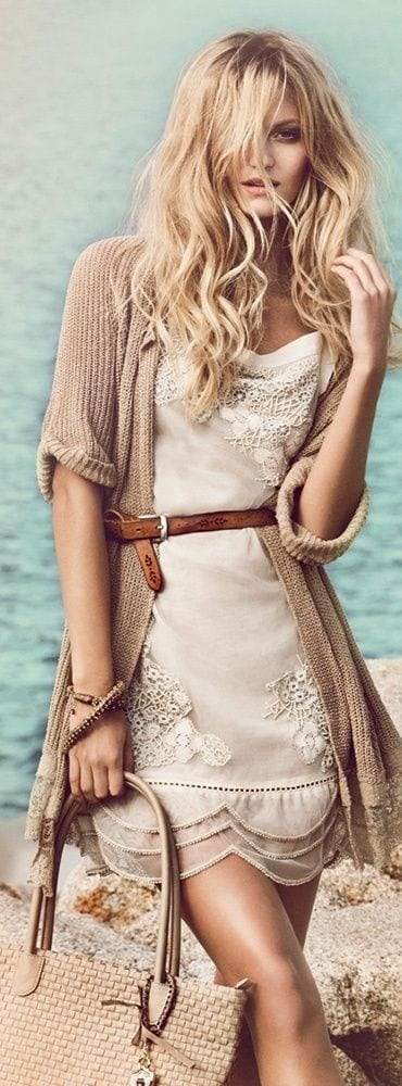 17-4 25 Cute Outfits for Curly Hair Women for Glamorous Look