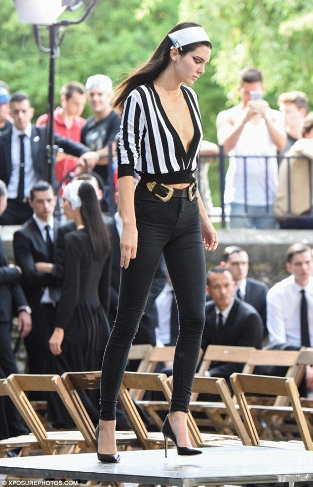 kendall Outfits with Black Jeans-23 Ways to Style Black Denim Pants