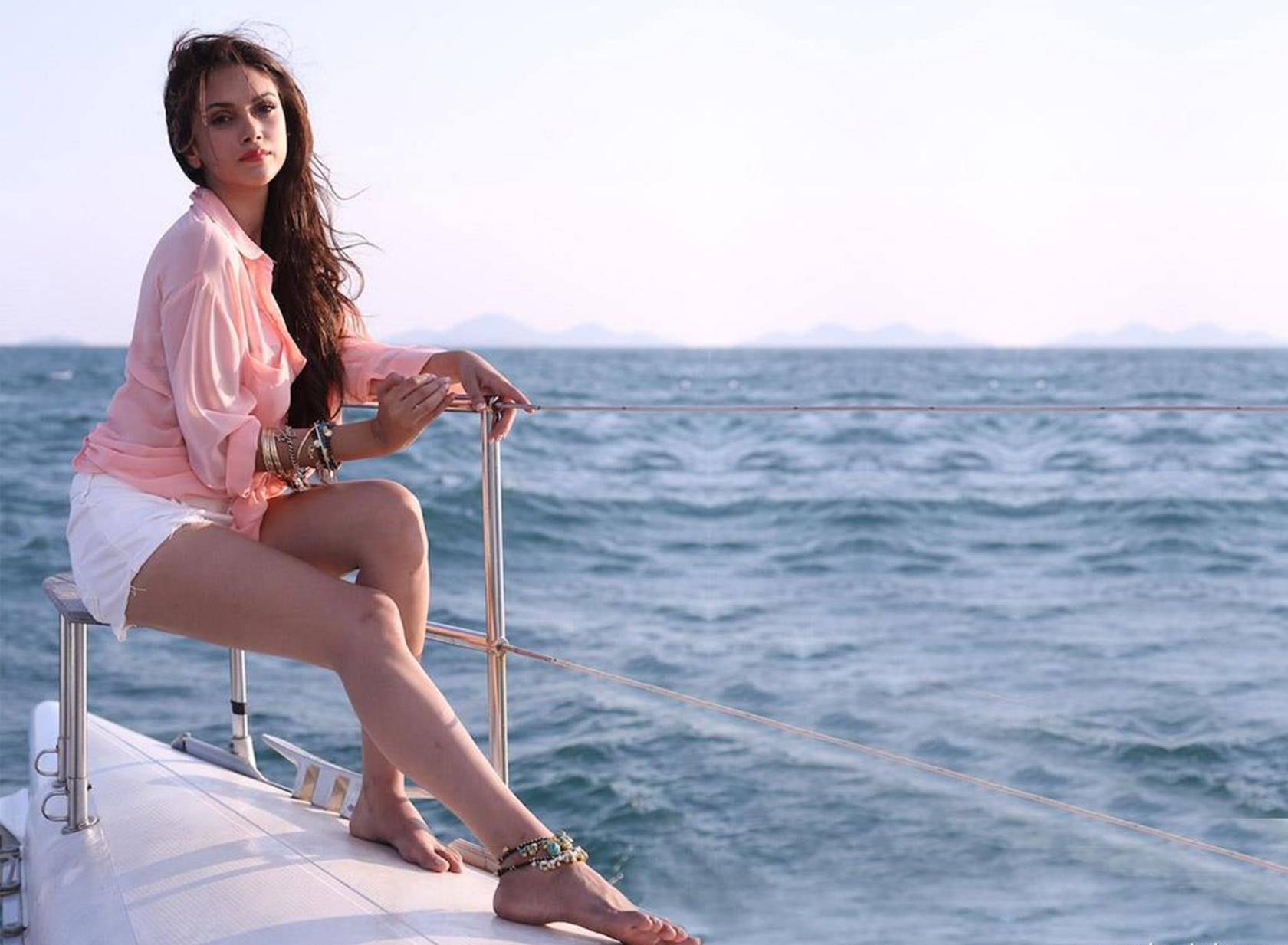 aditi-rao-hydari-beach-outfit Bollywood Celebrities Beach Outfits-25 Indian Actress Beachwear
