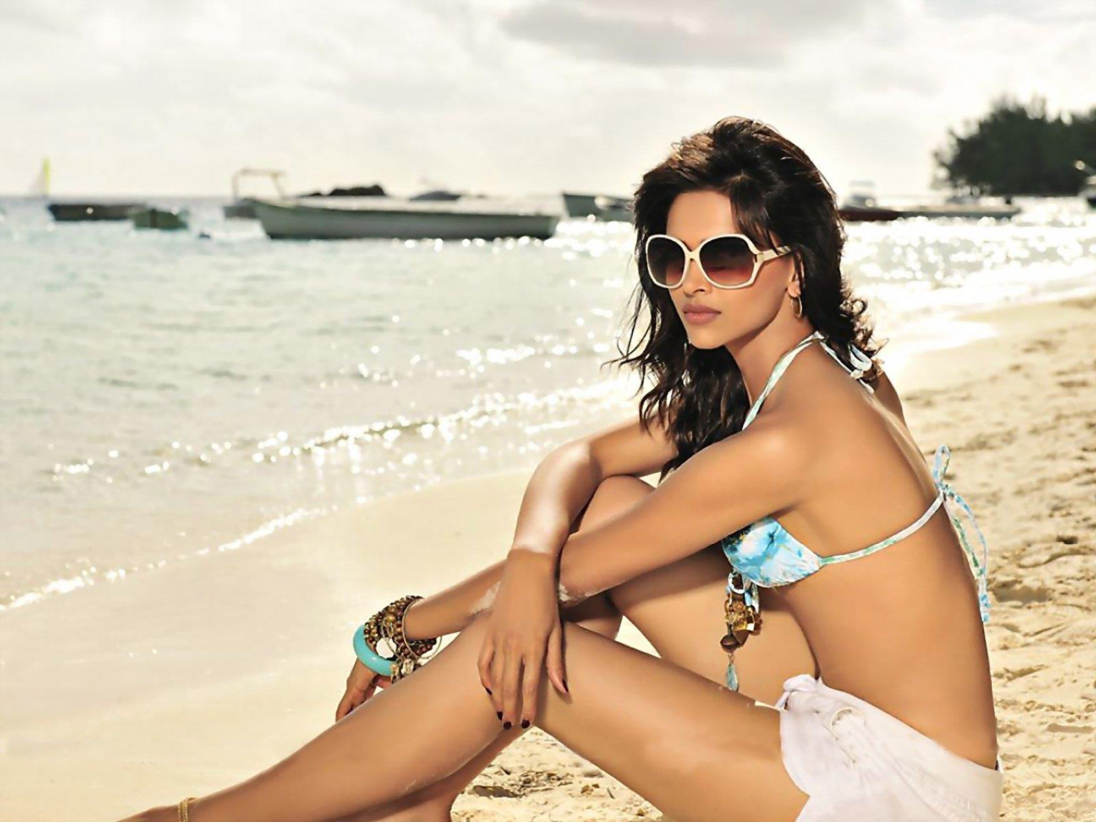 deepika-padukone-beach-outfit Bollywood Celebrities Beach Outfits-25 Indian Actress Beachwear