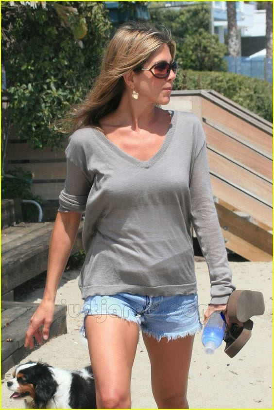 jennifer-aniston-beach-outfit