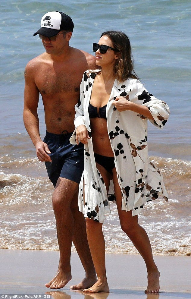 jessica-alba-beach-outfit Hollywood Celebrities Beach Outfits-30 Top Celebs in Beachwear