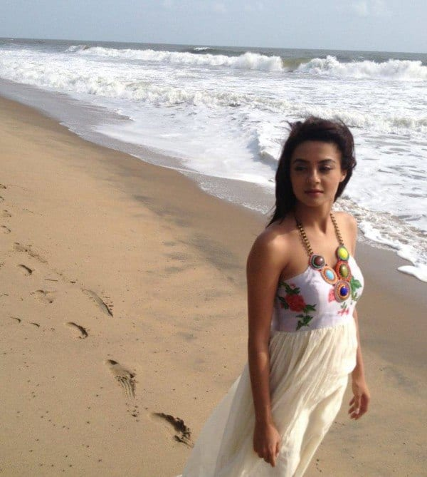 surveen-chawla-beach-outfit Bollywood Celebrities Beach Outfits-25 Indian Actress Beachwear