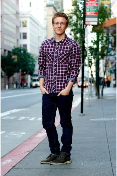dark-brown-clarks-shoes-navy-levis-jeans-ruby-red-h-m-shirt_400 Men's Outfits with Skinny Jeans-18 Ways to wear Skinny Jeans