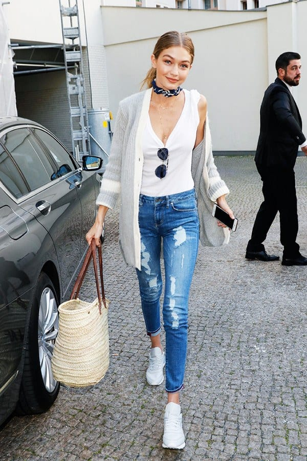 gigi-hadid-classic-sneakers Shoes With Skinny Jeans Women-18 Perfect Outfit Combinations