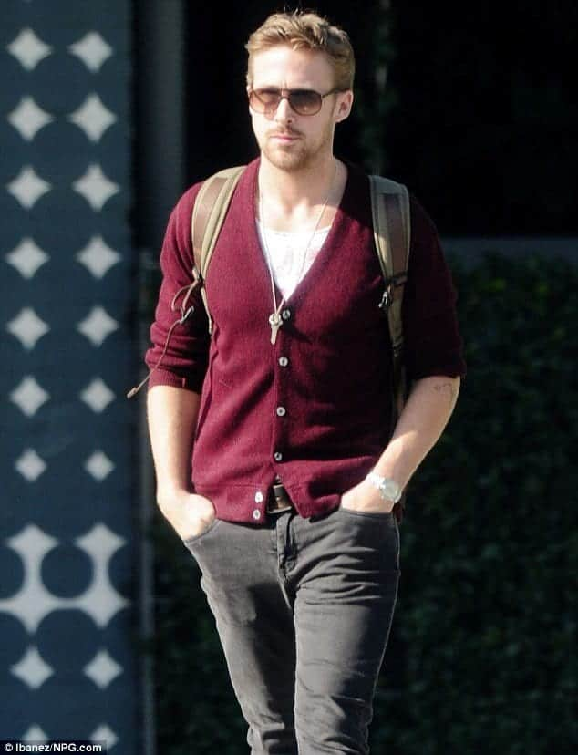 ryan-gosling-sweater-outfit-2 Sweater outfits for men – 17 Ways to Wear Sweaters Fashionably