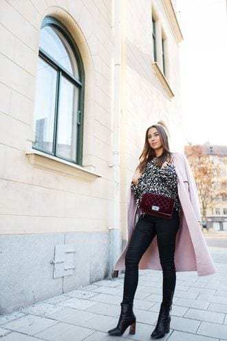 skinny-jeans-with-velvet-bag Outfits with Velvet Bags- 20 Ideas to Wear with a Velvet Bag