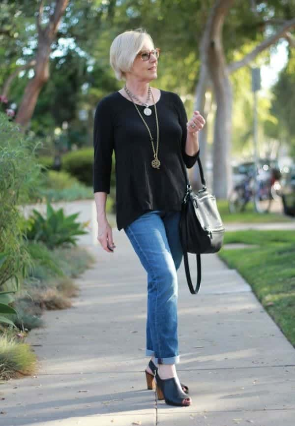 black-top-and-blue-jeans 30 Best Summer Outfits for Women Above 50 - Style Tips