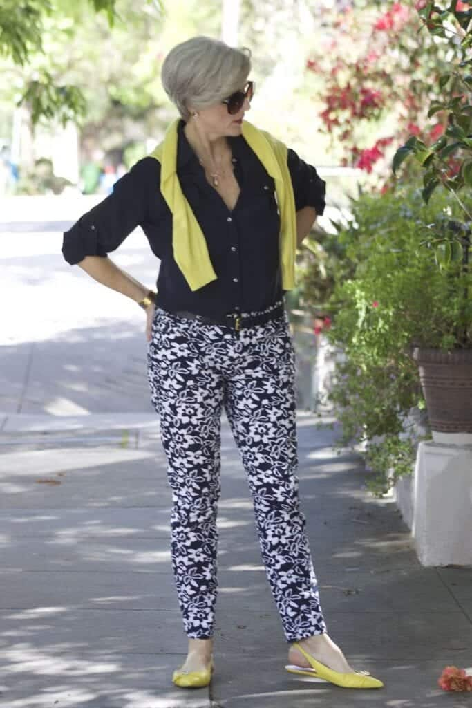 printed-pant-and-plain-shirt-683x1024 30 Best Summer Outfits for Women Above 50 - Style Tips