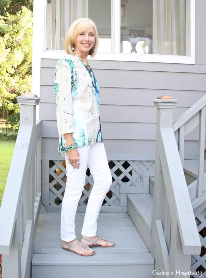 white-jeans-and-button-down 30 Best Summer Outfits for Women Above 50 - Style Tips
