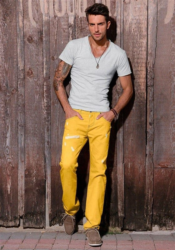 what-shirt-to-wear-with-yellow-pants-1 Men's Yellow Pants Outfits-35 Best Ways to Wear Yellow Pants