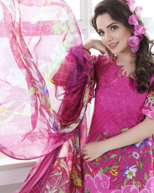 casual-wear 20 Elegant Outfits for Pakistani Women Over 30