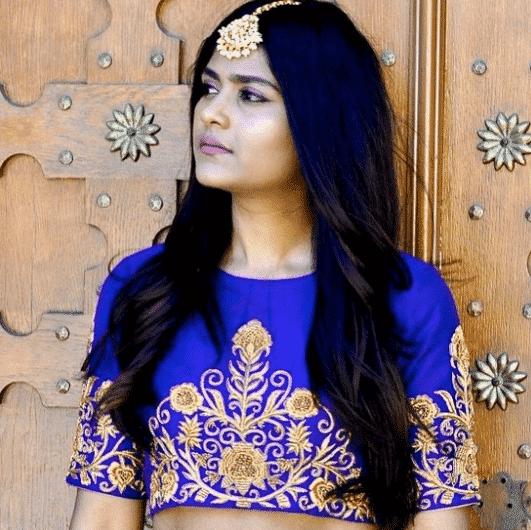 maang-tikka-with-blowdry-hair 16 Cute Hairstyles with Maang tikka/Maatha Patti This Season