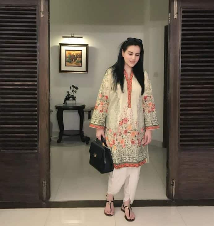 summer-wear-2 20 Elegant Outfits for Pakistani Women Over 30