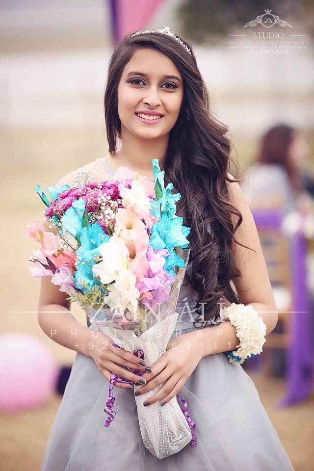 pakistani-bridesmaids-bridal-shower-outfit-3 30 Best Bridal Shower Outfits For Pakistani Weddings