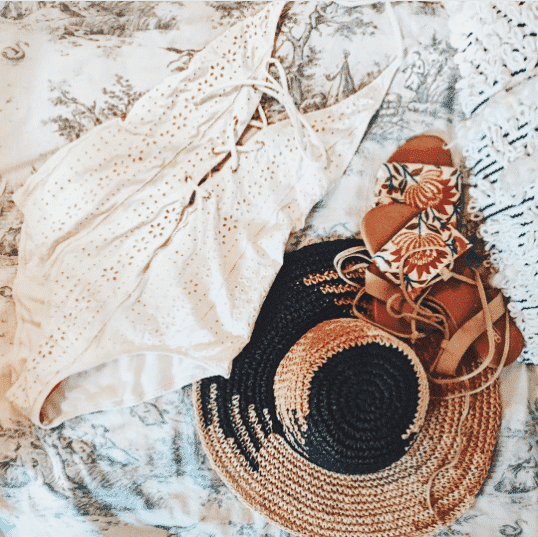 Holiday-Sexy-Hat-Look- Straw Hat Outfits - 20 Ways to Wear a Straw Hat This Summer