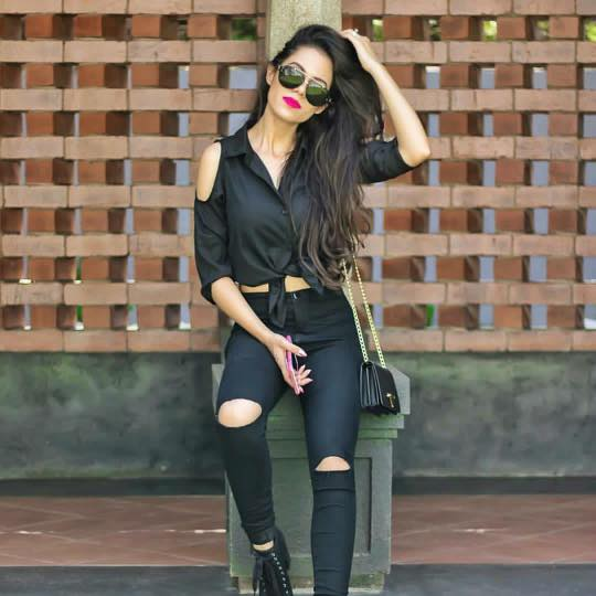 all-black-ripped-jeans-fashion 18 Chic Pakistan Street Style Fashion Ideas to Follow