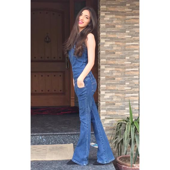 how-to-wear-dungaree 18 Chic Pakistan Street Style Fashion Ideas to Follow