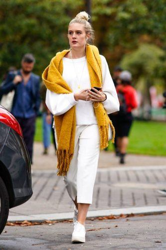 Which-Scarf-to-Wear-with-All-White-Clothes-333x500 Outfits with Scarves - 26 Ways to Wear a Scarf this Winter