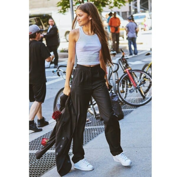 A-casual-white-top-600x600 25 Outfits to Wear With White Sneakers for Women