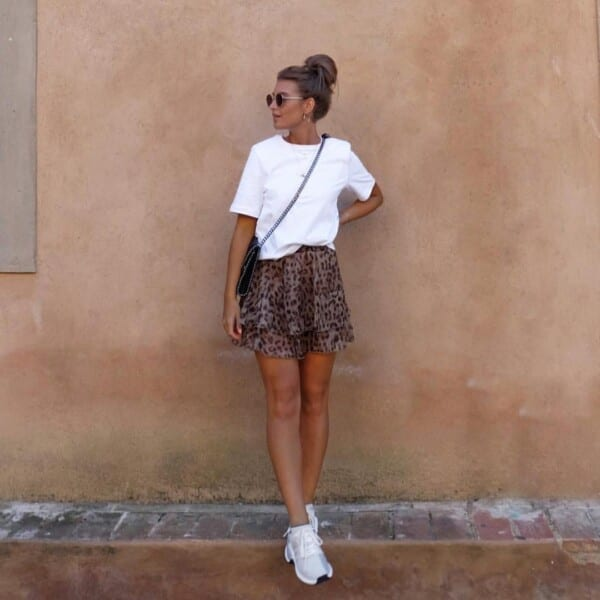 Printed-skirts-600x600 25 Outfits to Wear With White Sneakers for Women