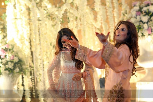 resham and sajjal dancing on urwa farhan wedding