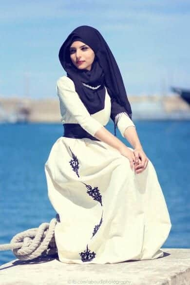 Chin high style hijab. Looks amazing on her with the perfect choice of  dress.