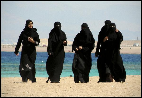 arab_girls_on_beach