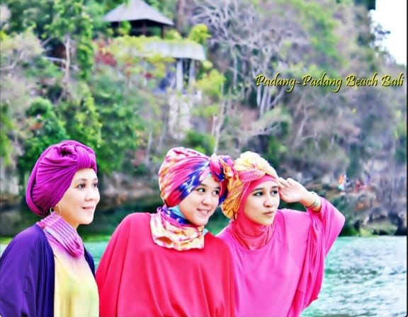 hijab-mode-at-pandang-padang-beach-uluwatu-bali-bali-indonesia+1152_13468349857-tpfil02aw-10624
