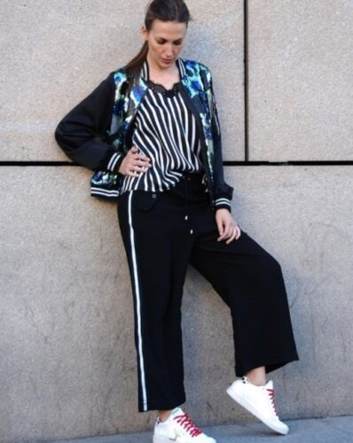 How to wear palazzo pants with sneakers (21)
