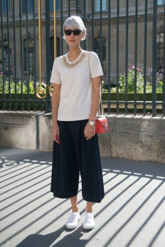 How to wear palazzo pants with sneakers (19)