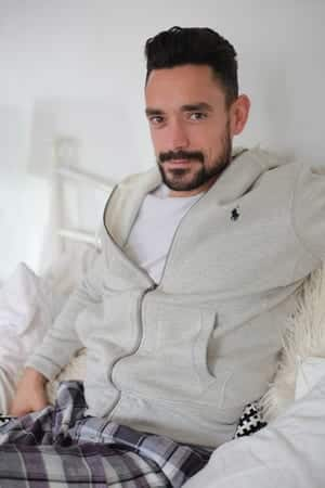 Ways for Men to Wear a Hoodie Stylishly (3)