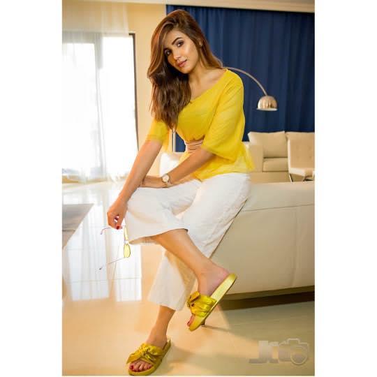Casual Women Wearing Yellow Dresses