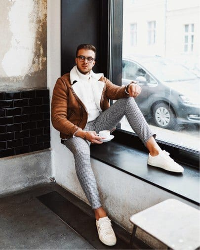 Outfits with white sneakers for men (28)